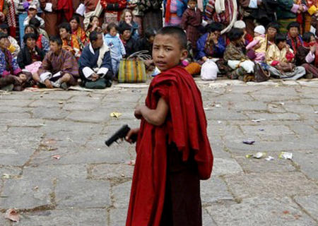 buddhist gun monk photo robe // 380x270 // 170.9KB