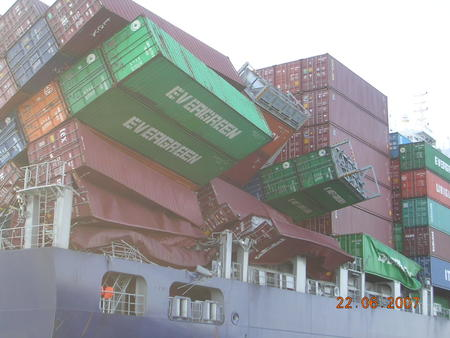 cargo collapse container high_res photo ship // 1600x1200 // 374.4KB
