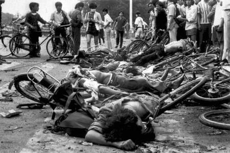 bicycle bodies bw china tiananmen // 512x341 // 45.6KB