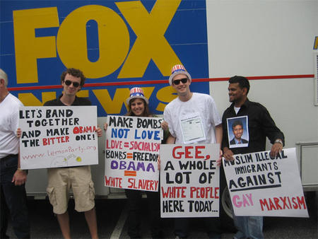 fox_news group humor political sign white_people // 600x450 // 102.4KB