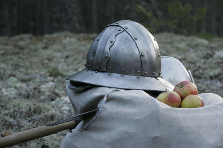 apples axe helmet photo // 1063x709 // 185.9KB