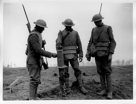 armor bayonette bw helmet photo rifle wwi // 628x483 // 53.5KB