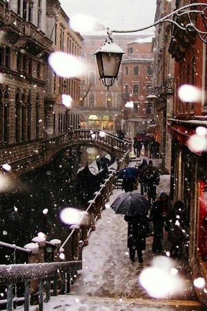 buildings canal gondola photo scenery snow urban // 600x900 // 97.6KB